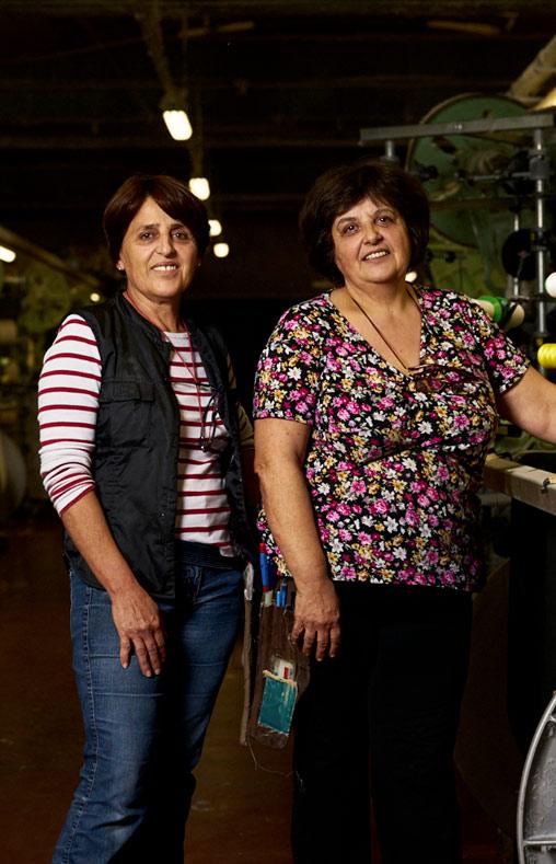 Nadia et Myriam tisserandes et noueuses chez Emanuel Lang, Entreprise textile basée en Alsace